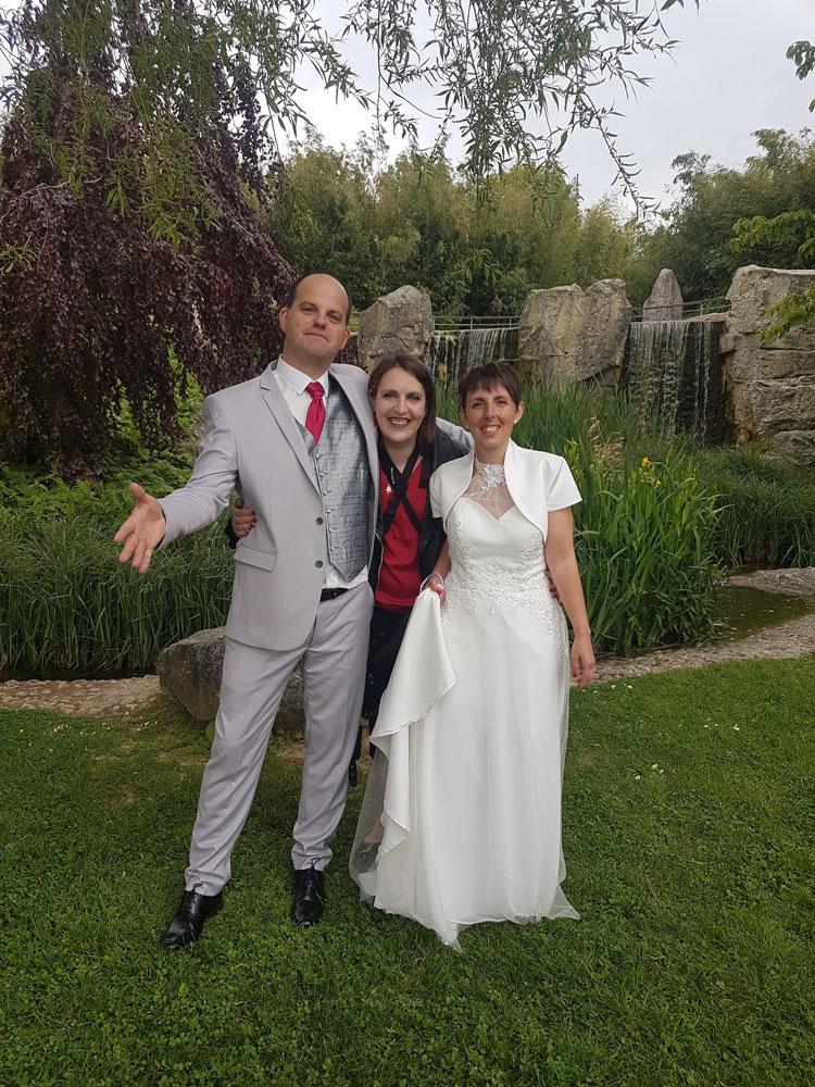 la photographe en mariage avec les mariés