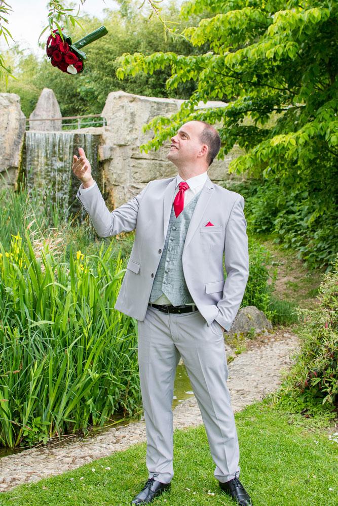 lancé de bouquet pour le marié qui décompresse des cérémonies du mariage
