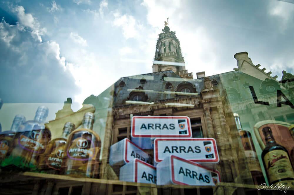 Déco d'une boutique d'Arras avec le reflet du beffroi