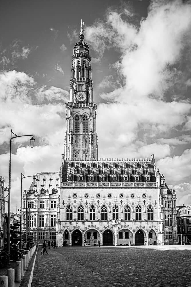 Photo du beffroi d'Arras depuis la place des Héros, en noir et blanc