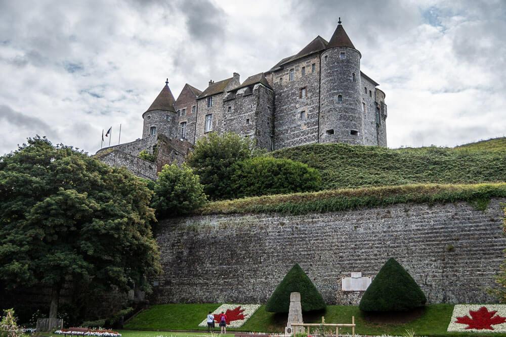 Le chateau de Dieppe et le cimetière canadien