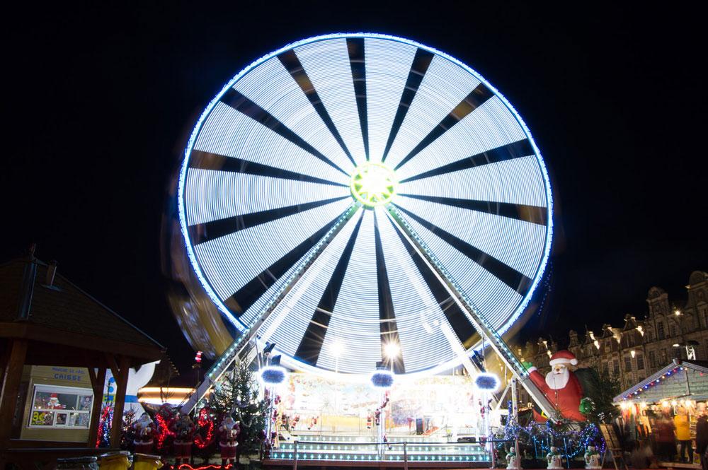 pose longue de la grande roue du marché de Noël d'Arras