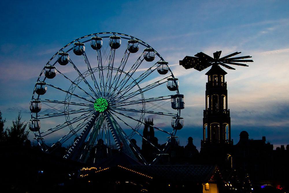 Vue de la grande roue et du marché de Noël d'Arras à l'heure bleu