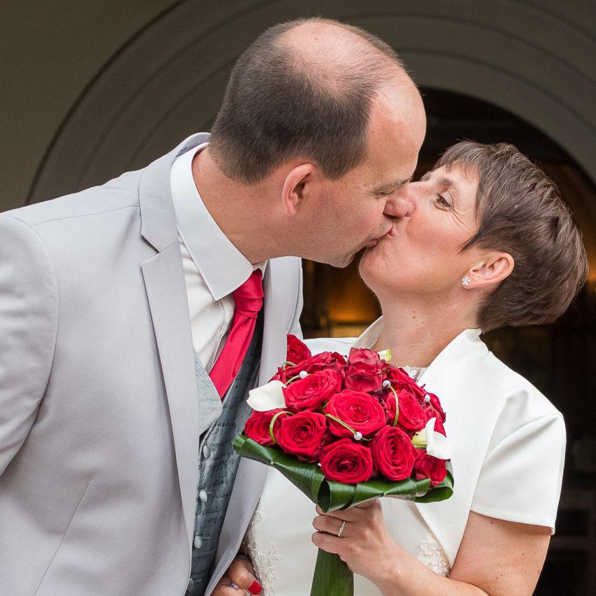 photo des mariés à la sortie de l'église