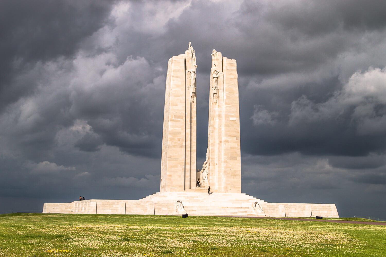 Le mémorial canadien de Vimy et ciel orageux