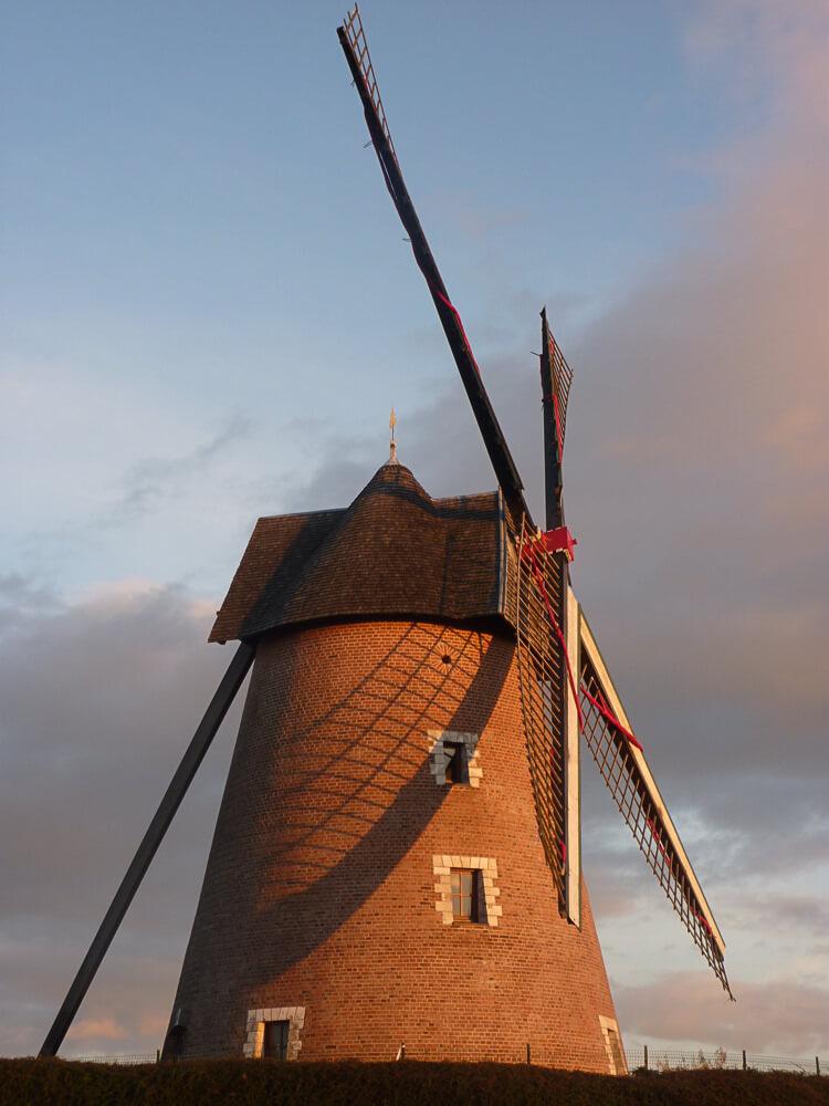Le moulin d'Achicourt face au soleil couchant