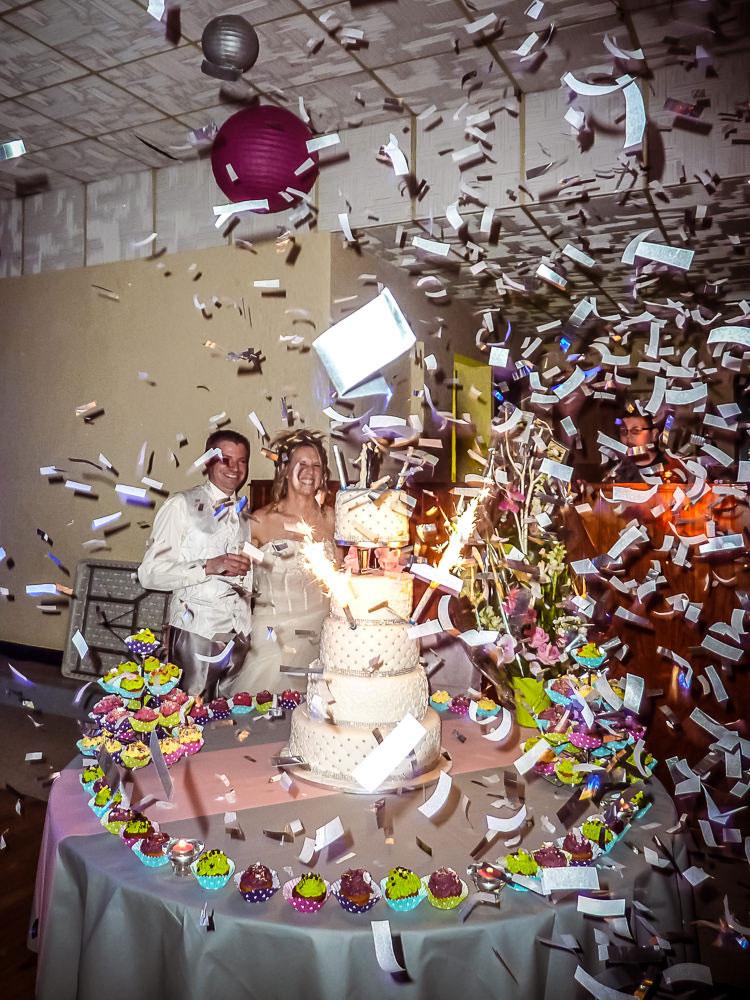 le moment du gâteau de mariage