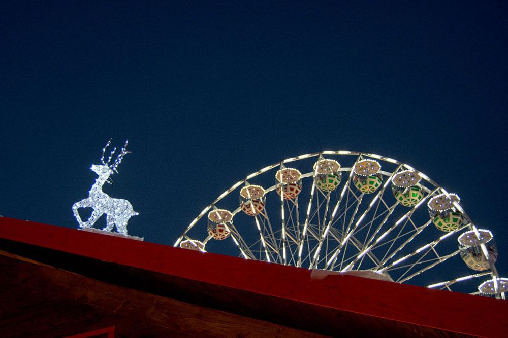 la grande roue du marché de Noël d'Arras illuminée avec décoration de chalet