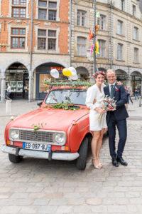 photographe mariage arras, l'arrivée des futurs mariés sur la place des Héros