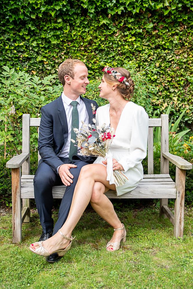 les yeux de l'amour des jeunes mariés